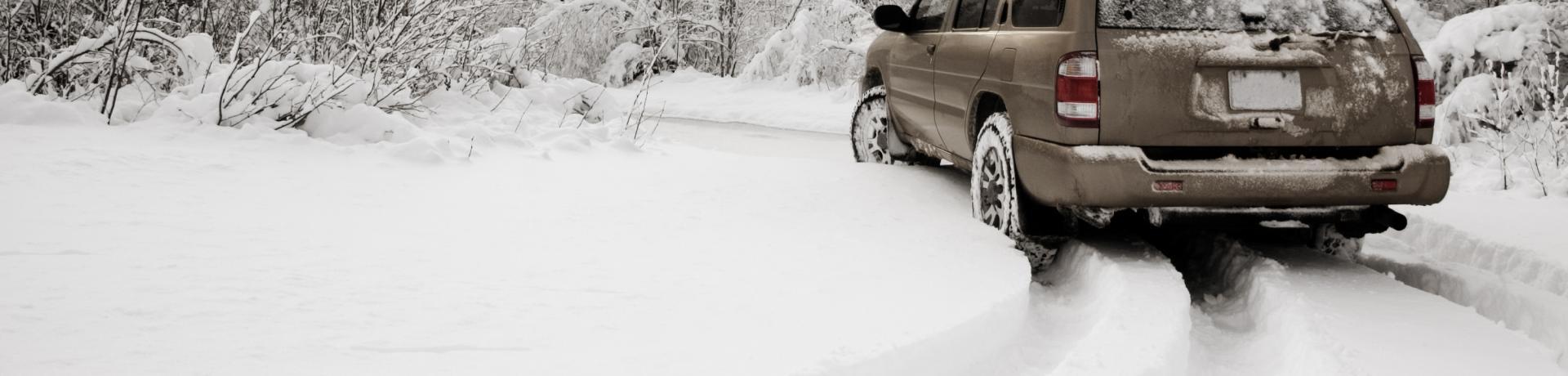 Schnee+Wald+Auto+GI-108129575.jpg