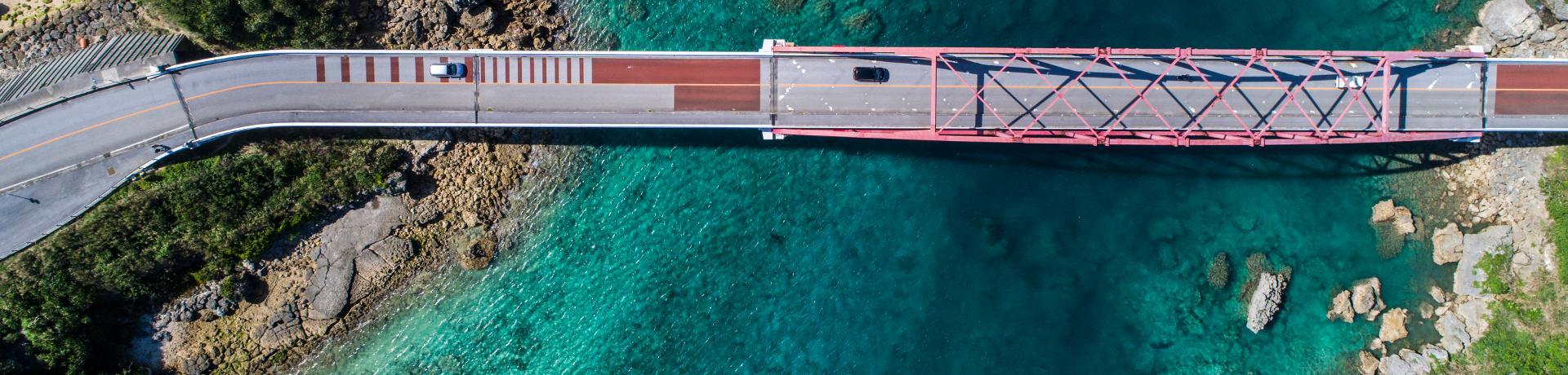 Küstenstraßen: Brücke - Meer