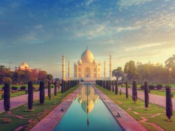 The Taj Mahal without people, early morning shot. - Indien