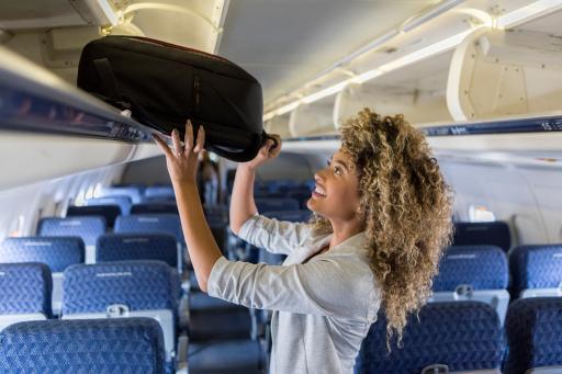 Handgepäck+Frau+Flugzeug