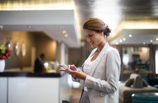 Hotel: Lobby - Frau mit Handy